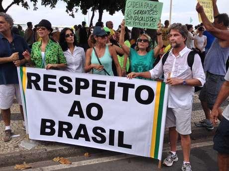 """<p>João, que é fotógrafo e empresário, carregava uma faixa com os dizeres """"respeito ao Brasil"""", e se diz consternado com o atual momento político brasileiro</p>"""