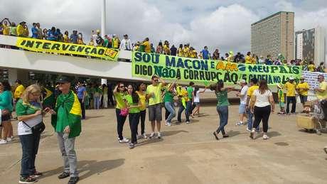 """O agricultor Geraldo Corrent estendeu uma faixa de """"intervenção"""" no Museu Nacional, em Brasília; ele defende """"intervenção militar constitucional"""" e diz que """"golpe é corrupção"""""""