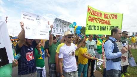 <p>Maurício Campelo (de chapéu) disse que tentaram impedir que ele exibisse sua faixa de intervenção militar</p>