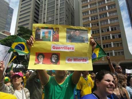 <p>Manifestante exibe cartaz contra a presidente Dilma Rousseff, na Avenida Paulista</p>