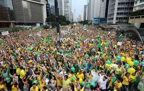 <p>Manifestantes contrários ao governo da presidente Dilma Rousseff na Avenida Paulista, em São Paulo</p>