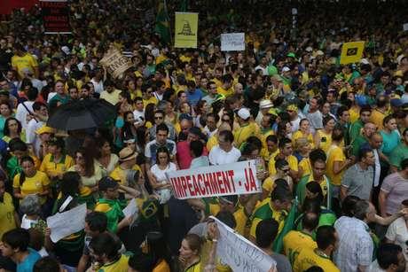 <p>Participantes pedem impeachment da presidente na Avenida Paulista</p>