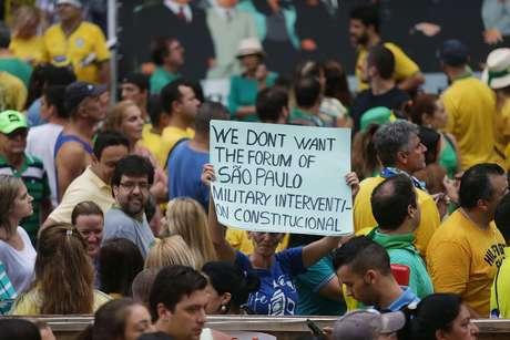 <p>Intervencionistacarrega faixa, em inglês, a favor de governo militar em manifestação de SP</p>