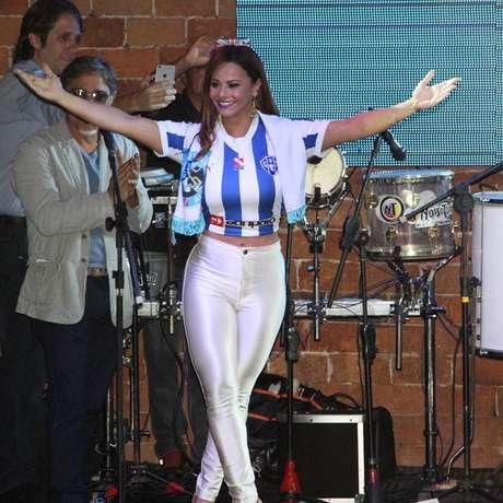 <p>Ex de Belo (atual de Gracyanne), Viviane Srapujo apresentou a camisa do Paysandu</p>