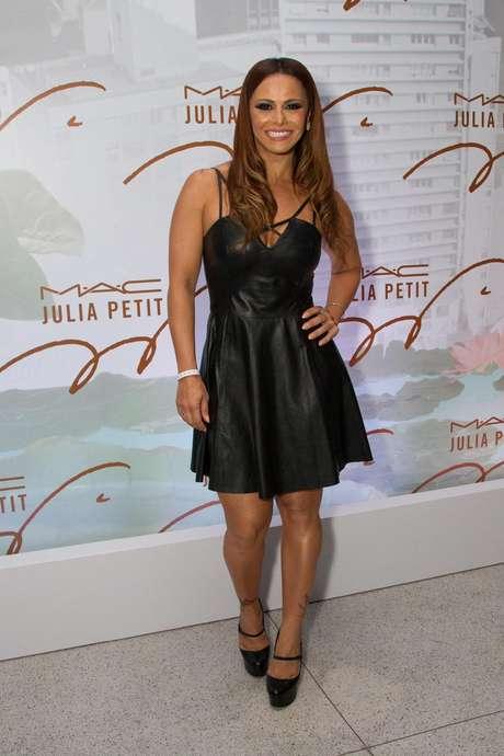 <p>A atriz,que recentementedeu tchau à personagem Naná de<em> Império</em>, mostrou boa forma com vestido de couro</p>