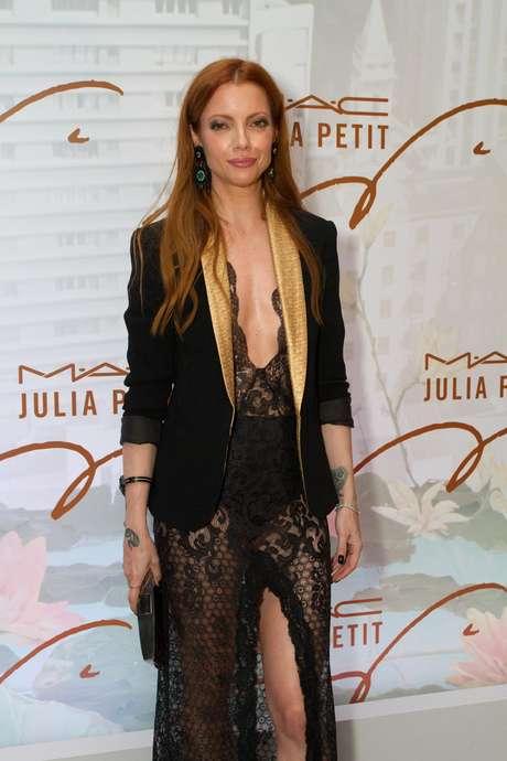 <p>A apresentadora Julia Petit lançou sua linha de maquiagem para a MAC no evento e surgiu com vestido ousado</p>