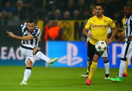 Tevez acertou chute forte de fora da área e aumentou a vantagem da Juventus no confronto de 180 minutos
