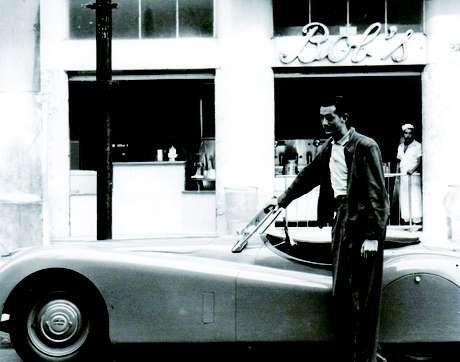 Robert Falkenburg em frente à primeira unidade do Bobs, que ele inaugurou em 1952
