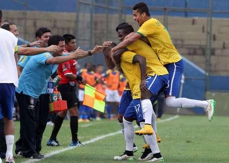 Jogadores do Brasil comemoram gol contra Equador