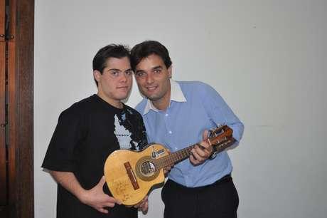 Dudu, o irmão e o cavaco autografado por Chico Buarque