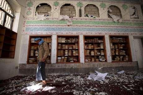 <p>Militante houthi em mesquita atacada em Sanaa</p>