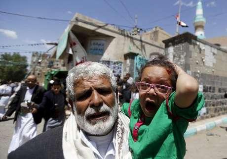 <p>Uma menina ferida reage enquanto é carregada para fora de mesquita atacada pelo Estado Islâmicoem Sanaa, no Iêmen</p>