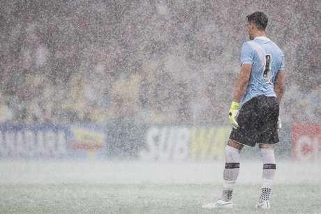 Martín Silva acabou prejudicado pela chuva e falhou no primeiro gol do Flamengo