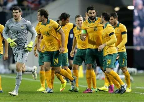 Jogadores da Austrália festejam gol; equipe verde e amarela deu trabalho aos alemães