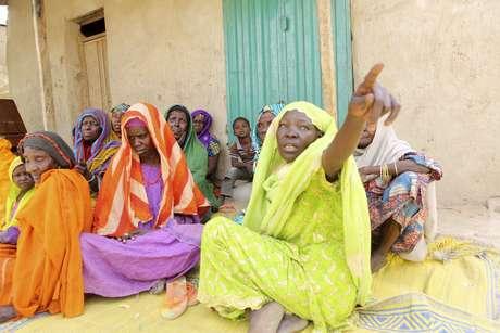 Mulheres que conseguiram escapar da investida do grupo Boko Haram na cidade de Damasak, na Nigéria