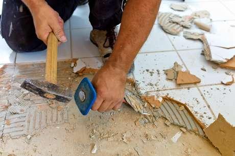 O pedreiro que começa a fazer parte da família de tanto tempo que a obra dura já virou uma das piadas mais comuns no Brasil