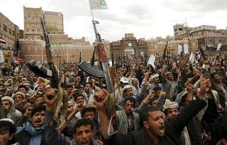 <p>Rebeldes protestam em Sanaa contra ataques aéreos, em 26 de março</p>