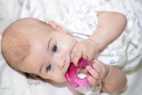 Mordedores e massageadores gengivais que contêm gel no interior podem ser colocados no freezer para endurecer, ficar geladinho e aliviar o incômodo dos bebês