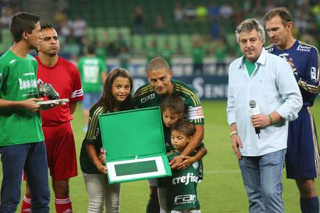 Alex foi homenageado pela diretoria do Palmeiras e ganhou uma placa das mãos do presidente Paulo Nobre