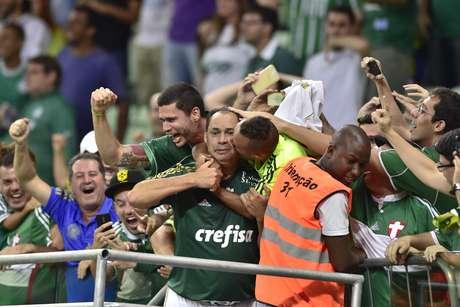 <p>Evair ganhou até beijo caloroso de torcedor ao comemorar gol</p>