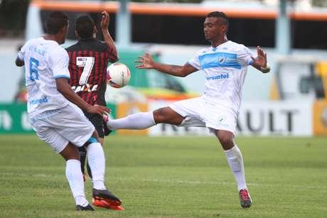 Londrina venceu o Atlético-PR no Estádio do Café e jogou os rubro-negros para o grupo do descenso