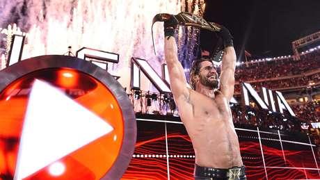 """<p>Seth Rollins foi """"malandro"""" e faturou o título mundial peso-pesado da WWE</p>"""