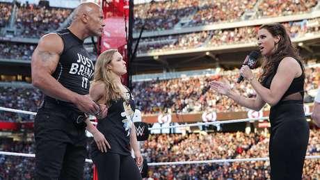 Ronda Rousey foi chamada ao ringue por The Rock e deu um show