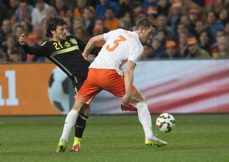 David Silva (esquerda), da Espanha, disputa lance com Stefan de Vrtij, da Holanda, em amistoso na Arena Amsterdã, na Holanda, nesta terça-feira. 31/03/2015