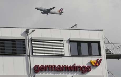 <p>Avião da Germanwings decola perto de sede da empresa no aeroporto de Colonia-Bonn, na Alemanha</p>