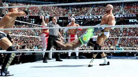 <p>Cesaro aplicaGiant Swing, um dos golpes mais criativos do Pro Wrestling</p>