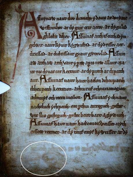 Ao usar luzes ultravioletas nas páginas do Livro Negro de Carmarthen foram encontrados dois rostos esqueléticos desenhados