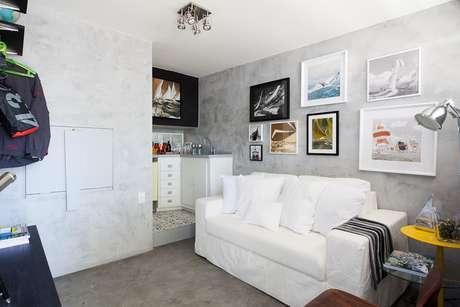 Paredes claras e móveis planejados ajudam a ampliar e organizar melhor os ambientes conjugados