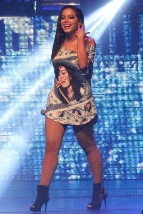 Anitta se sente absolutamente à vontade dançando com salto alto em seus shows e clipes
