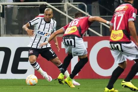 Emerson mostra boa movimentação na etapa inicial na Arena Corinthians