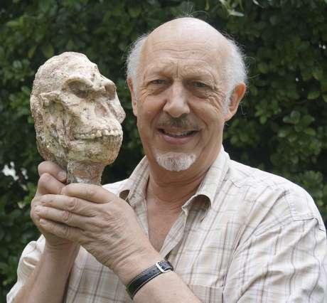 Ron Clarke, professor do Instituto de Estudos Evolutivos da Universidade Wits, na África do Sul, segura crânio do Pé Pequeno