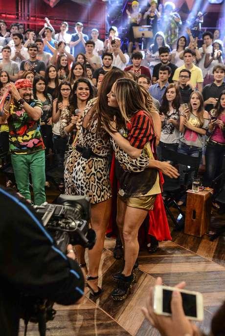Claudia Leitte e Ivete se abraçaram no programa