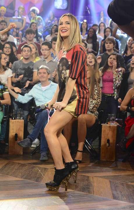 Claudia mostrou apostou em camiseta estampada, shortinho e salto alto