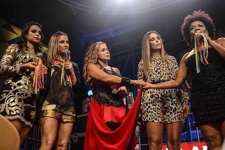 Mari Antunes, Claudia Leitte, Daniela Mercury, Ivete Sangalo e Margareth Menezes no intervalo das músicas