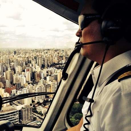 Foto postada no Instagram de Thais Fantato, esposa de Thomaz Alckmin, mostra o filho do governador de São Paulo pilotando uma aeronave