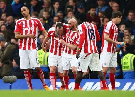 Charlie Adam vibra com golaço marcado sobre Courtois no Stamford Bridge