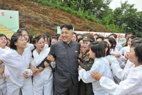 Para fazer parte da Tropa do Prazer, as jovens são recrutadas pelo governo sob a explicação de que elas vão servir ao país