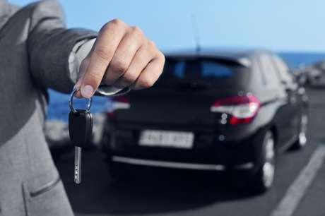 O prestador de serviço deve entregar um recibo com modelo, marca, placa, data e horário de entrada e saída do veículo, anotação de eventual avaria e da quilometragem e identificação completa do estacionamento