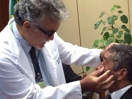<p>Deputado Vicentinho (PT-SP) é atendido após ser atingido por spray de pimenta</p>