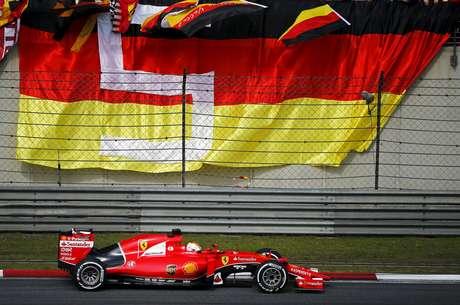 <p>Vettel mais uma vez mostra a força da Ferrari 2015</p>
