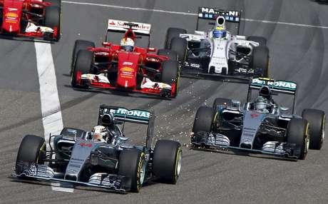 Largada teve Hamilton a frente e Raikkonen passando Massa