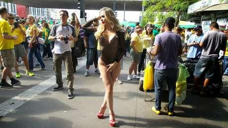 <b>São Paulo - </b> Empresária Juliana Isen, 30 anos, apareceu novamente com roupas provocantes no protesto de São Paulo