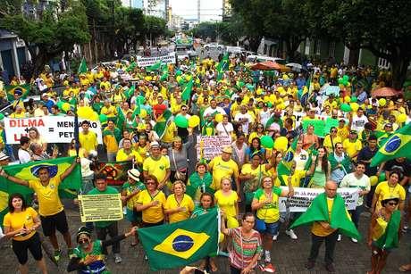 Manaus - Manifestantes no centro de Manaus protestam contra o governo Dilma