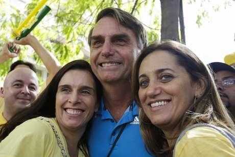 São Paulo - O deputado federal Jair Bolsonaro (PP-RJ) tira fotos com manifestantes durante protesto contra o governo Dilma