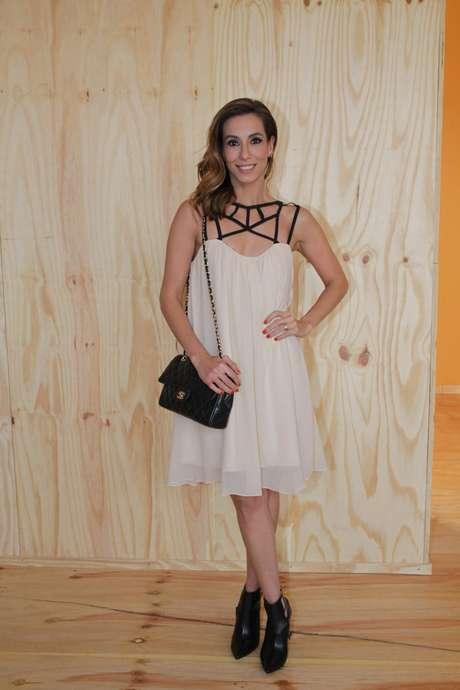 Tania Khalill escolheu um vestido branco para acompanhar as tendências apresentadas no SPFW