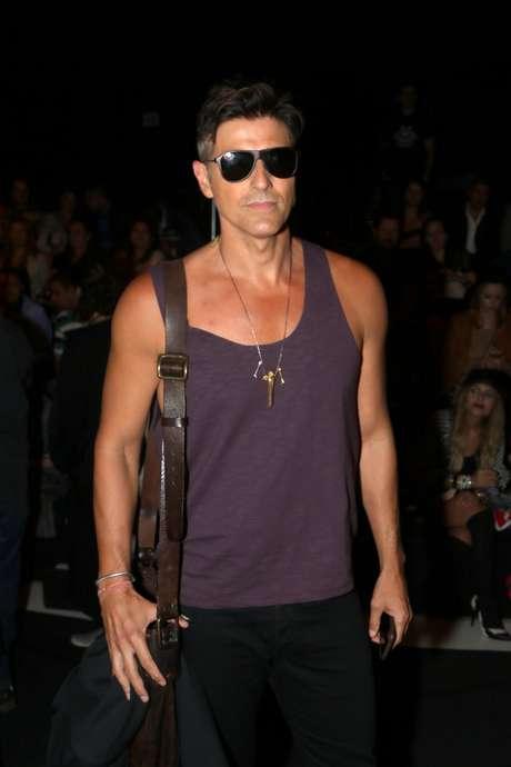 <p>Reynaldo Gianecchini investiu em óculos de sol e regata roxa</p>